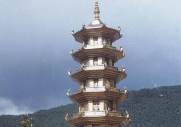 西藏林芝地区的福建公园双塔之一...